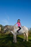 Girld met een wit paard Stock Afbeeldingen