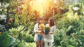 Girlds z kwiatami obraz royalty free