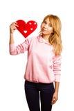 Girle biondo che tiene cuore-forma rossa immagine stock