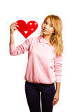 Girle blond retenant la coeur-forme rouge Image stock