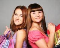 2 girlfiends с хозяйственными сумками Стоковое Изображение