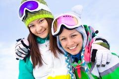 Girlfrieds en estación de esquí Fotos de archivo libres de regalías