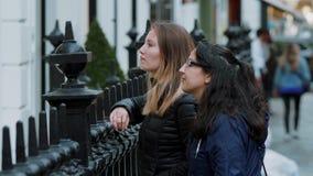 Girlfrineds em Londres - opinião típica da rua video estoque