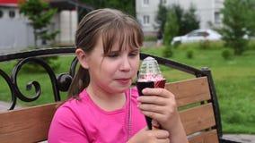 Girlie наслаждается очень вкусным мороженым на горячий день сток-видео