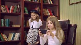 Girlie met modern apparaat thuis stock footage