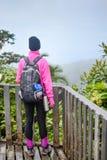 Girlon dell'alpinista un terace di legno Fotografia Stock