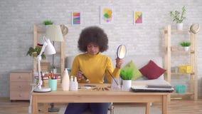 Girlputting Make-up der schönen Afroamerikanerafrofrisur stock footage
