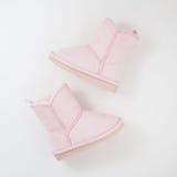 Girls& x27; ботинки зимы на белой предпосылке Стоковое фото RF