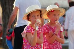 Free Girls Eating Icecream In The Park 3 Royalty Free Stock Images - 187257439