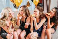 Free Girls Party Pizza Chatting Fun Decorated Room Royalty Free Stock Photos - 145675088