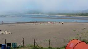 Girls& x27; praia da água foto de stock royalty free