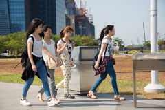 Girls walking along the waterfront Marina Bay in Singapore Stock Photography