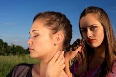 Girlsfriends che tesse una treccia fotografia stock libera da diritti