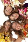 girlsstanding夏威夷hula的美丽的舞蹈演员 免版税库存照片