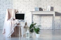 Girly biurowy desktop z pustym białym laptopu ekranem, kwiatami, kawą, smartphone i różnorodnymi biurowymi narzędziami, Egzamin p Fotografia Stock