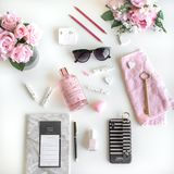 Girly Ebene legen mit verschiedenen Zusätzen Rosa, rosafarben, wei?, schwarz lizenzfreies stockbild