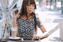 Girn in cafe with E-Cigarette Royalty Free Stock Photography