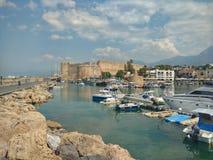 Girne, Cypern Juni 2017, sikt av slotten och hamn Arkivbild