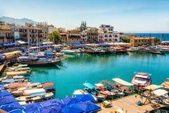 凯里尼亚(Girne),塞浦路斯- 7月5 :历史的港口和老t 库存照片