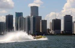 Giro ad alta velocità della barca lungo i canali navigabili di Miami Fotografia Stock