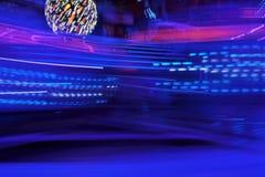 Giro al neon della zona fieristica della luna park del vapore dell'onda dello synth delle luci della discoteca, colori di notte d fotografie stock libere da diritti
