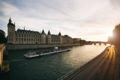 Giro in barca turistico sulla Senna con il bello tramonto a Parigi fotografia stock