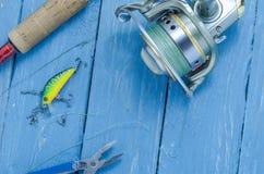 Giro, bobina, wobblers, alicates Sistema del pescador Visión superior Imagenes de archivo