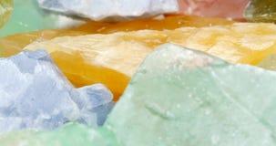 Giro colorido múltiplo da calcite do close-up video estoque