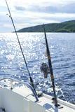Giro con la pesca con cebo de cuchara con cebo de cuchara en el casco del ` s de la nave contra fotos de archivo