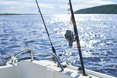Giro con la pesca con cebo de cuchara con cebo de cuchara en el casco del ` s de la nave contra foto de archivo