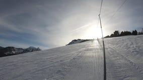 Giro con natiche su un pendio dello sci nel Pirenaico francese stock footage
