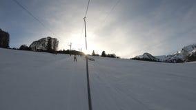 Giro con natiche su un pendio dello sci nel Pirenaico francese archivi video