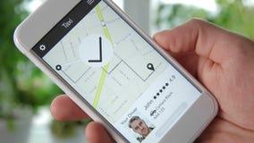 Giro d'ordinazione del taxi facendo uso dell'applicazione dello smartphone archivi video
