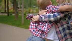 Giro de amor del parque del abrazo del hijo de la madre de la familia almacen de video