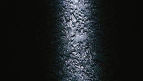 Giro de cristal quebrado en un soporte en un cuarto oscuro almacen de video