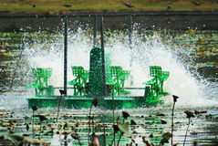 Giro de las turbinas del agua Imágenes de archivo libres de regalías