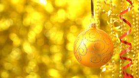 Giro de oro de la bola de la Navidad Decoración del Año Nuevo Bokeh de oro borroso que brilla tenuemente almacen de video