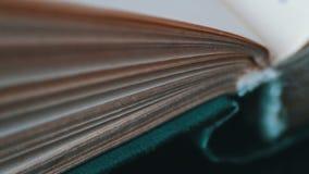 Giro de páginas do livro video estoque