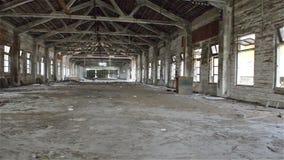 Giro de um sótão industrial vazio em um fundo arquitetónico com as paredes desencapadas do cimento vídeos de arquivo