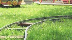 Giro dei bambini su poco treno elettrico all'aperto stock footage