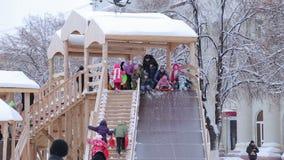 Giro dei bambini sulla collina di inverno archivi video