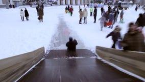 Giro dei bambini sulla collina di inverno video d archivio