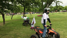 Giro dei bambini sulle bici del quadrato stock footage