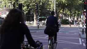 Giro dei ciclisti sulla via video d archivio