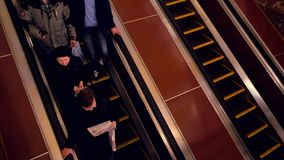 Giro dei passeggeri sulla scala mobile alla stazione della metropolitana archivi video