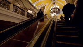 Giro dei passeggeri sulla scala mobile alla stazione della metropolitana video d archivio