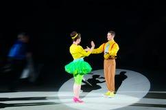 Giro del circo di Mosca su ghiaccio Cani preparati nell'ambito di orientamento di Victoria Alexandrova Artisti nel cerchio di luc Immagini Stock
