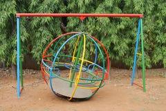 Giro del globo di calcio in un parco dei bambini Immagine Stock