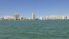Giro del nord 4k Florida S.U.A. della barca di Miami di giorno di estate video d archivio