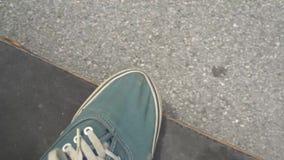 giro del ragazzo del pattinatore 4k sul pattino nel parco del pattino all'aperto Scarpe arancio di usura del piede del pattino, p archivi video